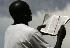 Homem lendo a Bíblia